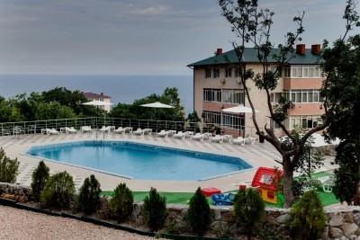 А возле бассейна есть и детская площадка
