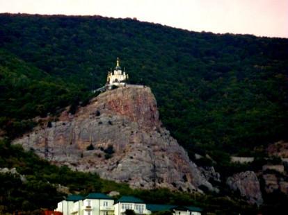 Святой храм на горном утёсе осеняет всех присутствующих своим благословением