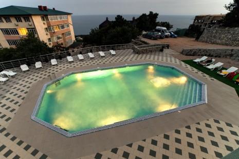 Подсветка делает бассейн ещё прекраснее